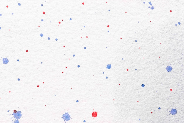 Cores do fundo branco da arte abstracta. pintura em aquarela sobre tela com manchas de vermelho e azul.