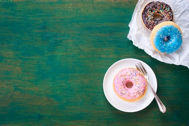 Cores donuts em um guardanapo branco