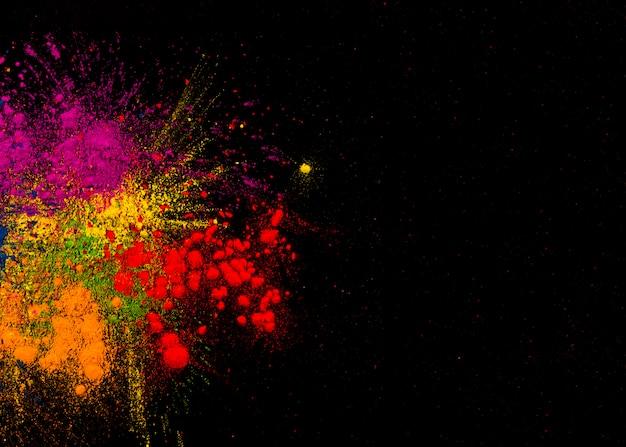 Cores festivas coloridas sobre a superfície plana com espaço para texto
