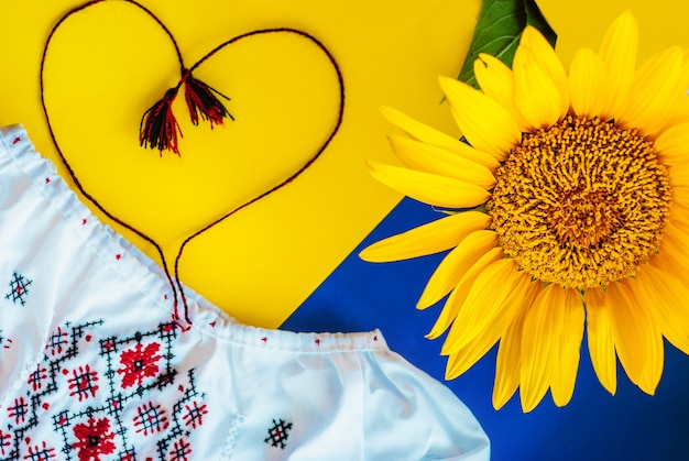 Cores nacionais ucranianas, girassol contra pano bordado