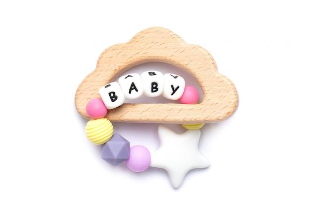 Cores pastel de brinquedo e mordedores de madeira para bebê em branco