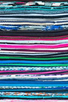 Cores têxteis do arco-íris, mostrando a textura da costura