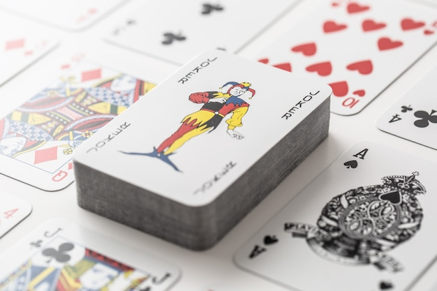 Coringa na pilha de cartas cercada por vários outros carros de jogo.