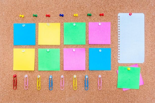 Corkboard com notas multicoloridas