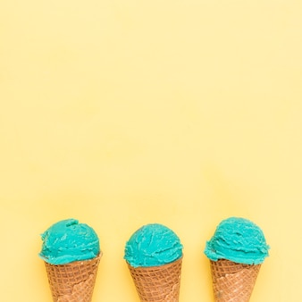 Cornetas de açúcar com sorvete turquesa