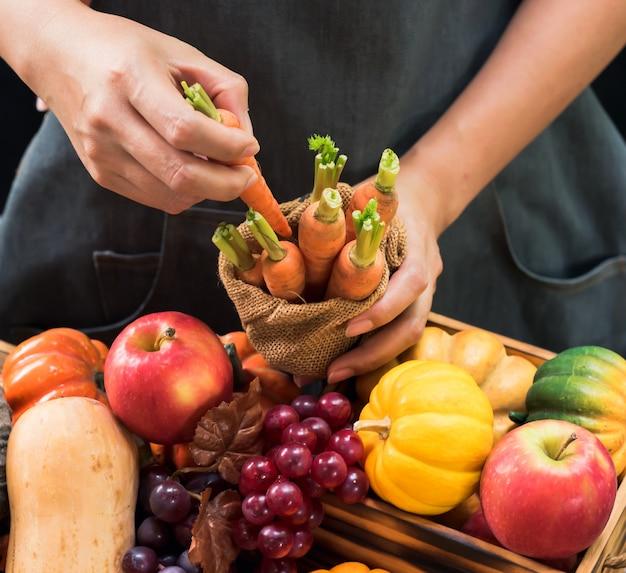 Cornucópia da colheita de outono. agricultor com frutas e vegetais na temporada de outono. conceito do dia de ação de graças.