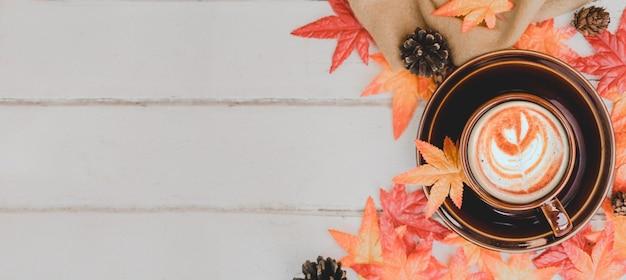 Cornucópia da colheita de outono. xícara de chá de maçã quente para bebida quente de temporada de outono. copie o espaço no fundo de madeira.