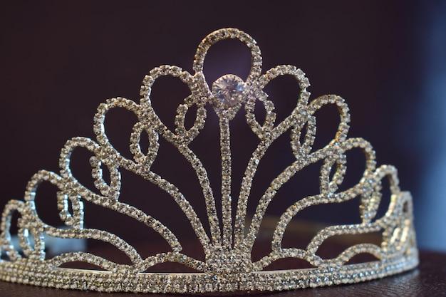 Coroa com diamantes em um belo piso de couro