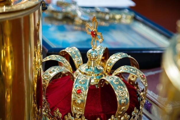 Coroa da igreja em uma moldura de ouro. tradições religiosas