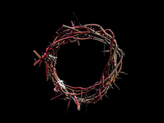 Coroa de espinhos com um tom vermelho claro no escuro. o conceito de semana santa, sofrimento e crucificação de jesus.