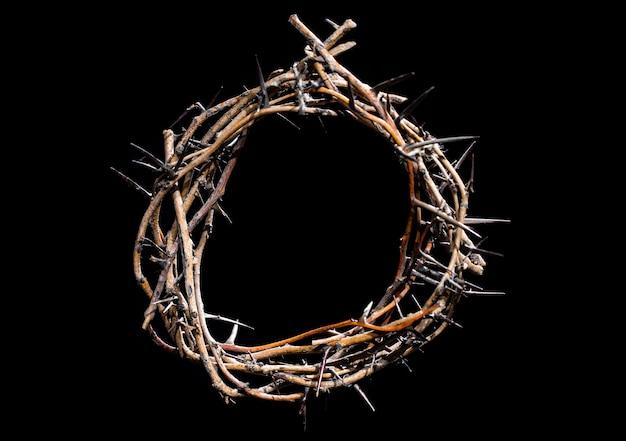 Coroa de espinhos no escuro. o conceito de semana santa, sofrimento e crucificação de jesus.