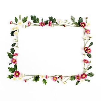 Coroa de flores com flores silvestres vermelhas e brancas