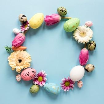 Coroa de flores da primavera e ovos de páscoa