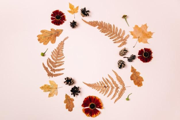 Coroa de flores feita de folhas de bordo secas