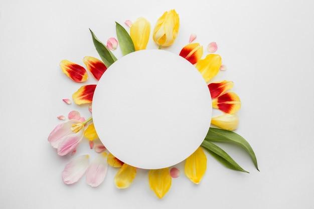Coroa de flores feita de pétalas de flores