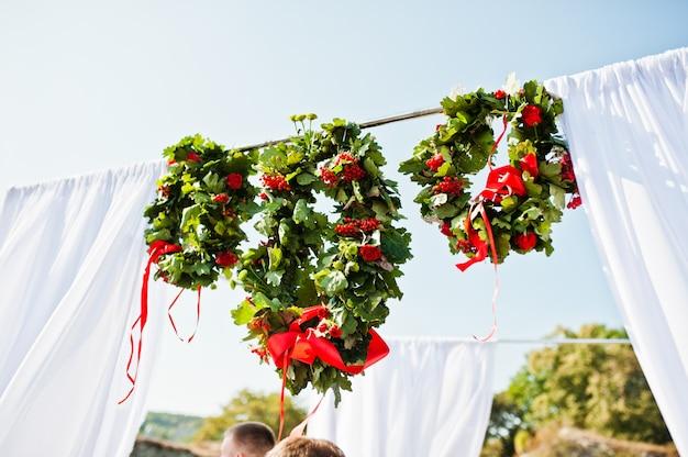 Coroa de flores na decoração em cerimônia de casamento