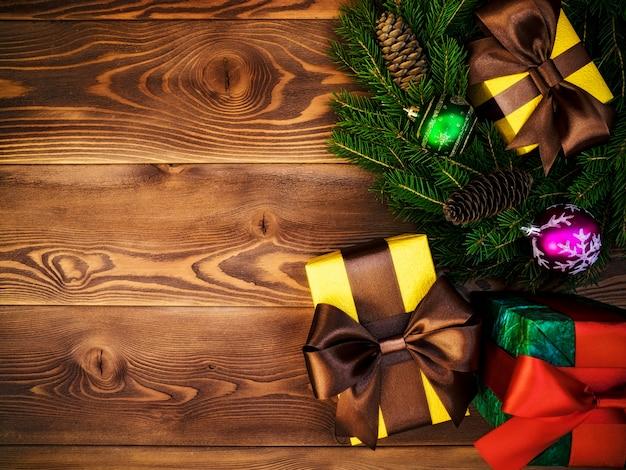 Coroa de flores na placa de madeira. caixas de presente embrulhadas. natal