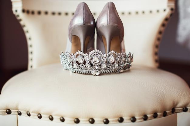 Coroa de prata e sapatos de noiva