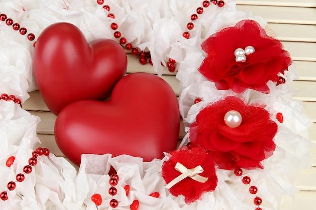 Coroa decorativa com corações em fundo de madeira