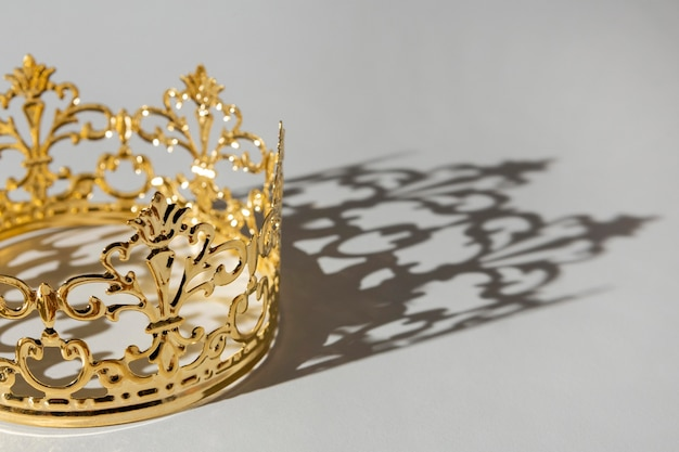 Coroa dourada do dia da epifania com sombra
