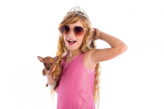 Coroa princesa menina loira com cachorro chihuahua