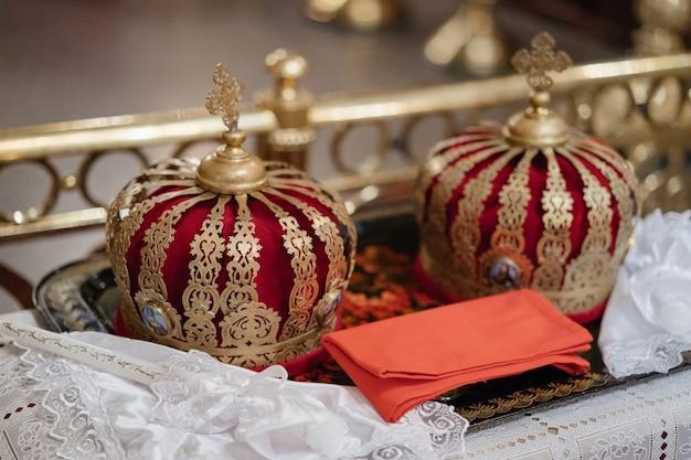 Coroas de casamento e outros atributos na igreja antes da cerimônia de casamento