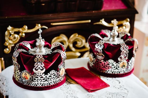 Coroas de casamento na igreja pronta para a cerimônia de casamento. fechar-se. coroar a glande na igreja na mesa. lugar para texto.
