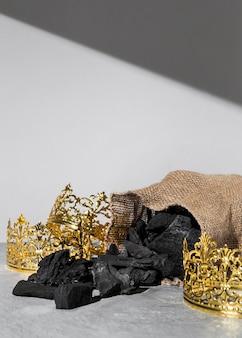 Coroas de ouro do dia da epifania com saco de carvão e espaço de cópia