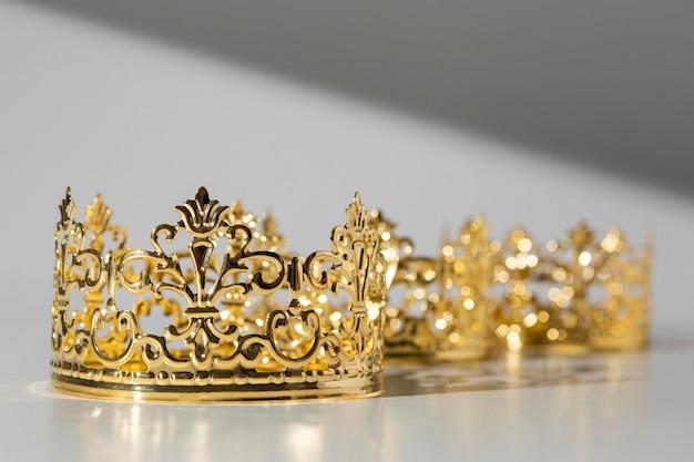 Coroas de ouro do dia da epifania