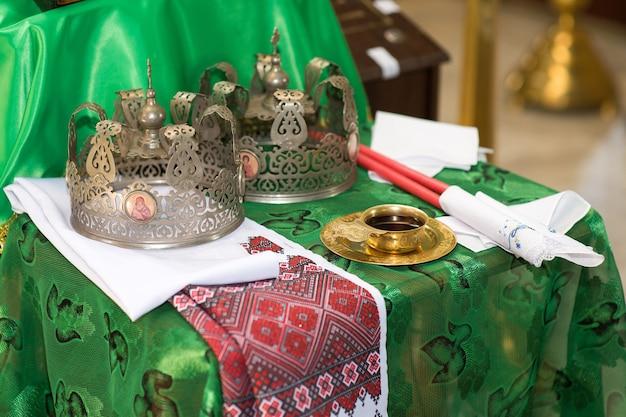 Coroas para um casamento na igreja cristã ortodoxa