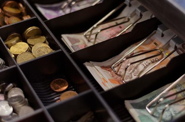 Coroas tchecas de várias denominações em uma gaveta de dinheiro