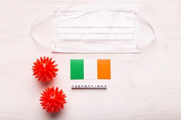 Coronavírus covid conceito vista superior máscara protetora de respiração e bandeira da irlanda