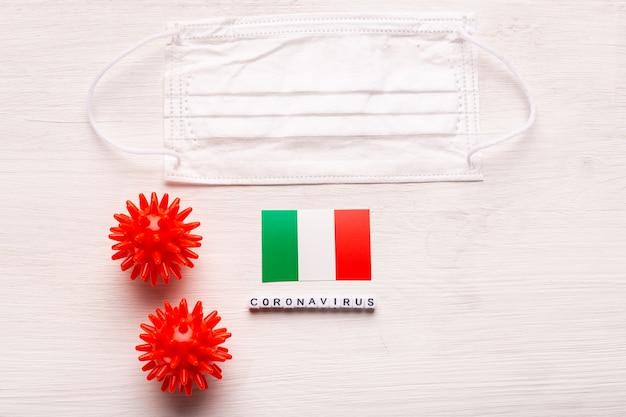 Coronavirus covid conceito vista superior máscara protetora de respiração e bandeira da itália