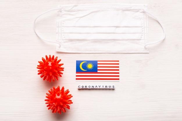 Coronavirus covid conceito vista superior máscara protetora de respiração e bandeira da malásia