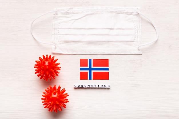 Coronavirus covid conceito vista superior máscara protetora de respiração e bandeira da noruega