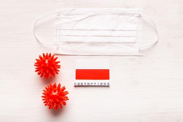 Coronavírus covid conceito vista superior máscara protetora de respiração e bandeira da polônia