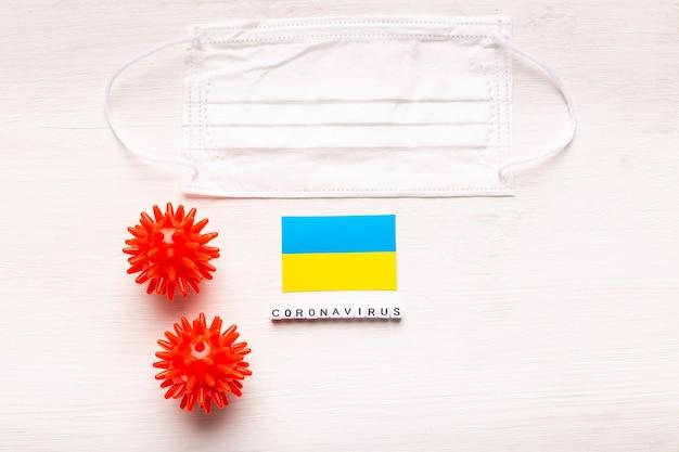 Coronavírus covid conceito vista superior máscara protetora de respiração e bandeira da ucrânia