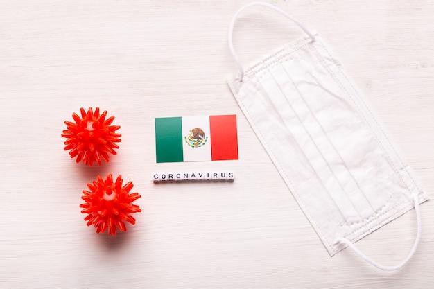 Coronavirus covid conceito vista superior máscara protetora de respiração e bandeira do méxico