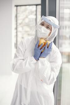 Coronavirus pandemic covid-2019. traje de proteção, googles, luvas, máscara.