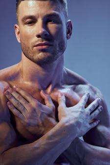 Corpo bonito homem atlético com músculos posando em