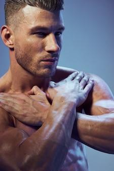 Corpo bonito homem atlético com músculos posando