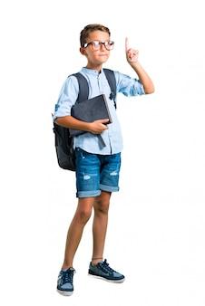 Corpo cheio de menino estudante com mochila e óculos apontando. de volta à escola