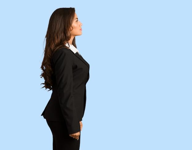 Corpo cheio jovem busines mulher do lado olhando para frente