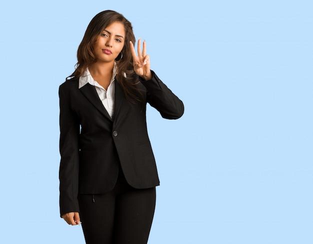 Corpo cheio, jovem, busines, mulher, mostrando, numere três