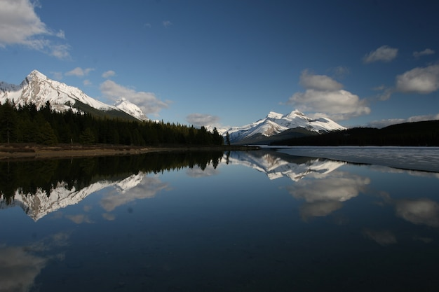 Corpo d'água cercado por nuvens nos parques nacionais de banff e jasper