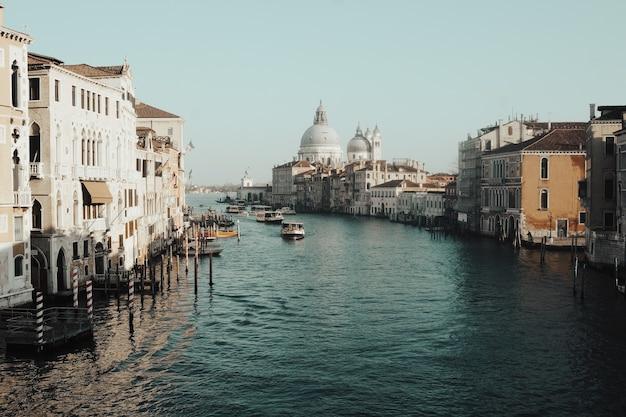 Corpo d'água entre edifícios Foto gratuita