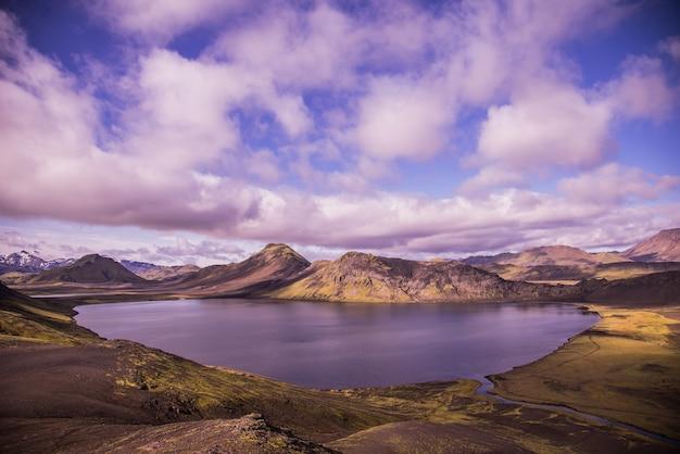 Corpo d'água no meio de montanhas