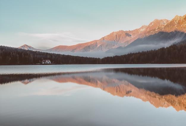 Corpo d'água perto da montanha