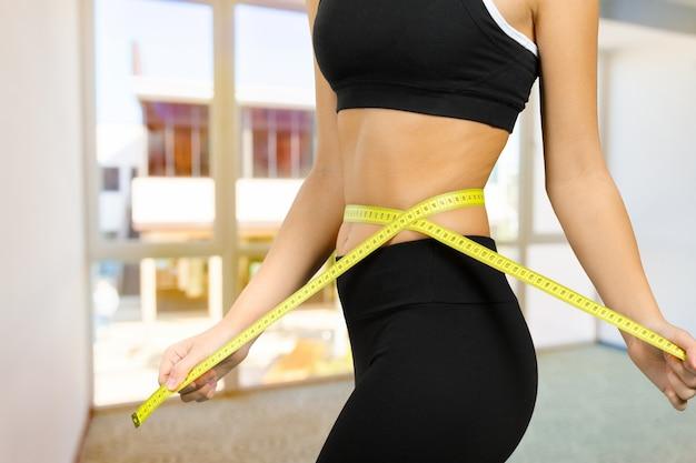 Corpo de fitness com uma fita