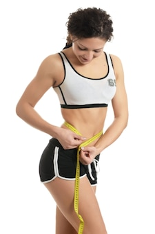 Corpo de mulher bonita e desportiva com medida amarela
